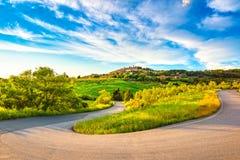 Het dorp van Casalemarittimo en haarspeldkromming, weg in Maremma land Royalty-vrije Stock Fotografie