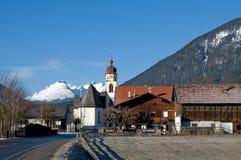 Het dorp van de berg in de Alpen stock afbeelding
