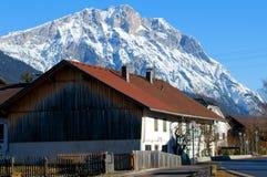 Het dorp van de berg in de Alpen stock fotografie
