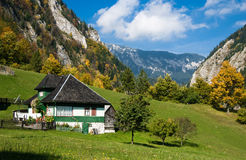 Het dorp van de berg in de herfst royalty-vrije stock afbeelding