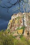 Het dorp van de berg met takken van bomen Stock Afbeelding