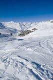 Het dorp van de berg op skihellingen Stock Foto's