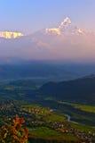 Het dorp van de bergketennepal van de Snowbergsneeuw Royalty-vrije Stock Afbeeldingen