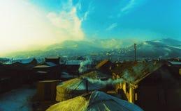 Het dorp van de bergzonsondergang stock foto
