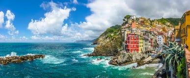 Het dorp van de Riomaggiorevisser in Cinque Terre, Ligurië, Italië stock afbeelding