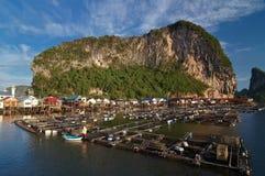 Het dorp van de visser bij Panyi eiland, Thaise phang-Nga, Royalty-vrije Stock Afbeeldingen
