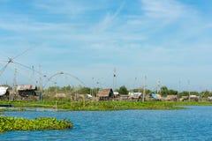 Het dorp van de visser in Thailand met een aantal geroepen visserijhulpmiddelen stock fotografie