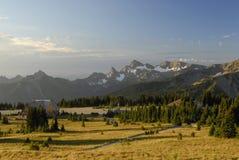 Het dorp van de zonsopgang op Mt. Regenachtiger royalty-vrije stock afbeelding