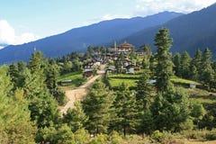 Het dorp van Gangtey, Bhutan, werd gebouwd bij de bovenkant van een heuvel Stock Fotografie