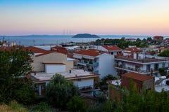 Het dorp van Griekenland met mening van het overzees Stock Fotografie