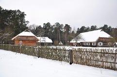 Het dorp van het land in de winter royalty-vrije stock afbeelding