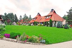 Het dorp van het plattelandshuisje - gazon Royalty-vrije Stock Afbeeldingen
