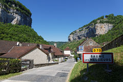 Het dorp van ingang baume-les-Messieurs stock afbeelding
