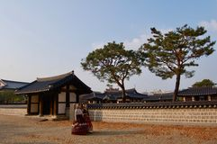 Het Dorp van Jeonjuhanok, Zuid-Korea - 09 11 2018: Vrouw in hanbokkleding binnen van traditioneel paleis royalty-vrije stock foto
