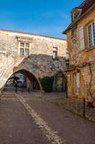 Het dorp van Monpazier, in het dordogne-Périgord gebied, Frankrijk Middeleeuws dorp met arcades en typisch vierkant stock foto