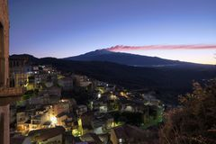Het Dorp van het nachtweergeven en Etna Mount At Twilight, Sicilië royalty-vrije stock fotografie