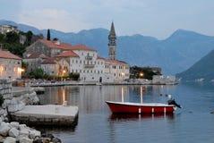 Het dorp van Perast van de avond dichtbij Kotor, Montenegro Royalty-vrije Stock Afbeeldingen