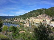 Het dorp van Roquebrun-zitting op rivierorb in Haut-La Stock Fotografie