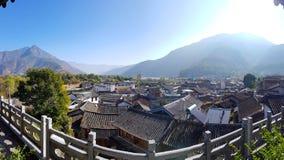 Het dorp van Shigu, dat op de eerste kromming van de Yangtze-Rivier, Yunnan, China wordt gevestigd royalty-vrije stock afbeelding