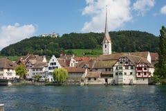 Het dorp van Stenen bierkroes Am Rijn in Zwitserland stock afbeeldingen