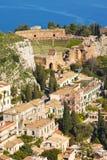 Het dorp van Taormina en de Middellandse Zee, Sicilië Stock Fotografie
