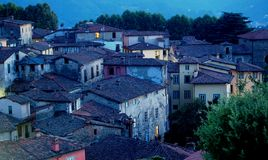 Het dorp van Toscanië bij schemer stock afbeeldingen