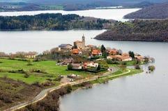Het dorp van Ullibarrigamboa door zadorrareservoir dat wordt omringd royalty-vrije stock foto's