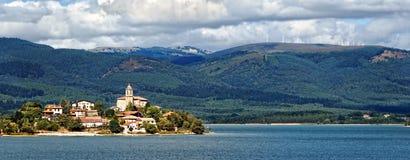 Het dorp van Ullibarrigamboa het omringen door reservoir stock foto