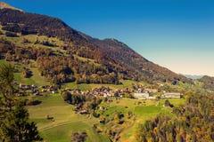 Het dorp van Vättis en brug tegen de achtergrond van Zwitserse Alpen St Gallen, Zwitserland Hoogste mening stock afbeelding