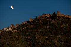 Het dorp van villafames onder de maan stock foto's