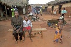 Het dorpsleven in Ghana met vrouwen, vader en zoon Royalty-vrije Stock Fotografie