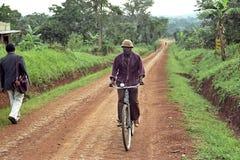 Het dorpsleven in platteland met tropisch landschap Stock Afbeeldingen