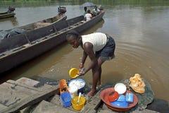 Het dorpsleven, wassende schotels in de rivier stock foto's