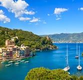 Het dorpsoriëntatiepunt van de Portofinoluxe, panoramische luchtmening Liguri Royalty-vrije Stock Foto's
