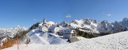 Het dorpspanorama van de berg Stock Foto's
