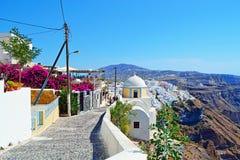 Het dorpssteeg Griekenland van het Santorinieiland clifftop Royalty-vrije Stock Fotografie