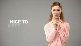 Het dove vrouw zeggen ben ik fijn in gebarentaal, tekst op achtergrond, mededeling stock videobeelden