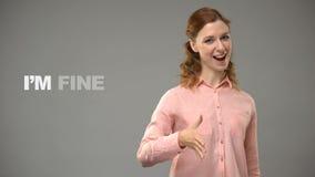 Het dove vrouw zeggen ben ik groot in gebarentaal, tekst op achtergrond, mededeling stock footage