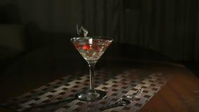 Het doven van brandende kaars in glas stock footage