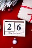 Het in dozen doen dagverkoop Kalender met datum op rode achtergrond Kerstmistak en klokken 26 december Kerstmisbal en giften Hoog Stock Foto's