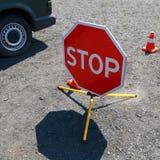 Het draagbare close-up van het verkeersteken` EINDE ` als symbool van een gevaarlijk incident op de weg royalty-vrije stock afbeeldingen