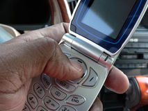 Het draaien cellphone binnen voertuig Royalty-vrije Stock Fotografie