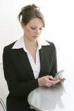 Het draaien van de vrouw celtelefoon Stock Foto