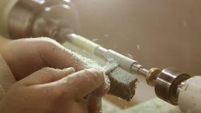 Het draaien van een stuk van hout stock footage