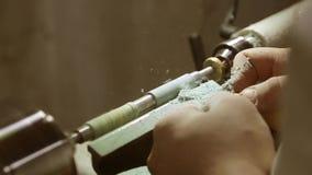 Het draaien van een stuk van hout stock video