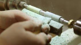 Het draaien van een stuk van hout stock videobeelden
