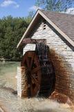 Het draaien van het Wiel van het water Stock Afbeeldingen