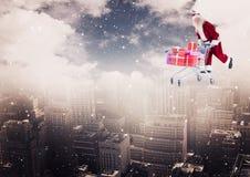 Het dragen van de Kerstman karretjehoogtepunt van Kerstmisgiften over de stad stock foto's