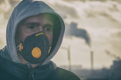 Het dragen van een echt masker van het anti-vervuilings, antimist en virussengezicht royalty-vrije stock foto