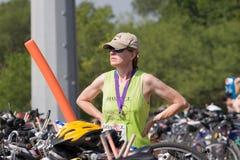 Het dragen van een finishersmedaille Stock Foto